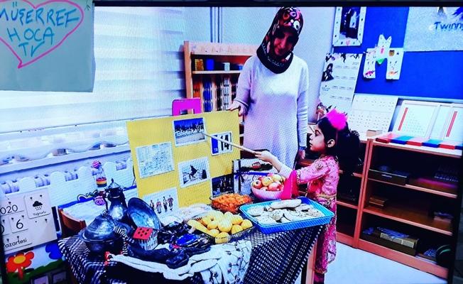 Okula hasret kalan anaokulu öğrencisi evde eğitim alıyor