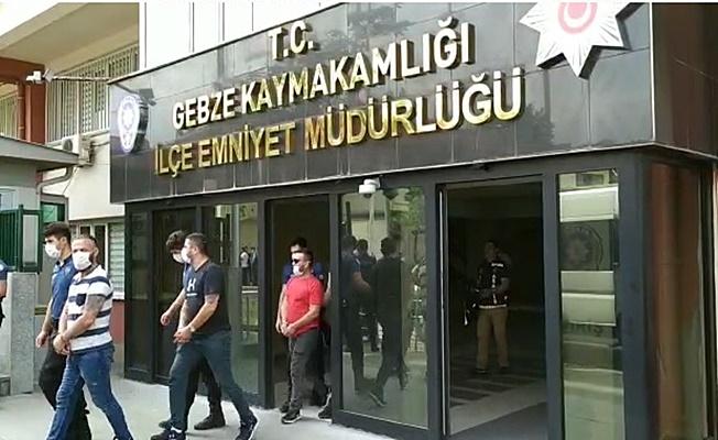 Bankadan vatandaşa zorla para çektirmeye çalışan 4 şüpheli kıskıvrak yakalandı