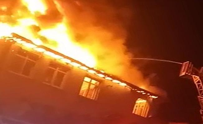 Kocaeli'de alev alev yanan evde  mahsur kalan yaşlı çifti  itfaiye ekipleri kurtardı!