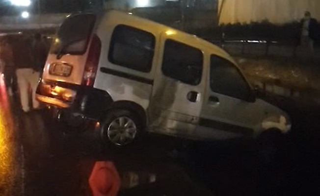 Kaza yapan araçtan dökülen malzemeler başka kazaya sebep oldu!