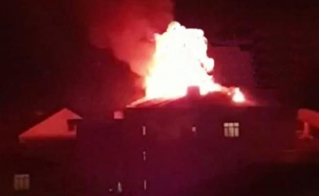 Binanın çatısı alev alev yandı !