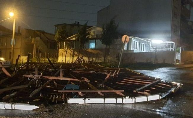Şiddetli fırtınada bir binanın çatısı uçtu!
