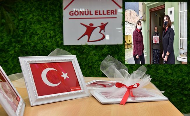 Tuzla'da şehit ailelerine Türk Bayrağı dağıtıldı