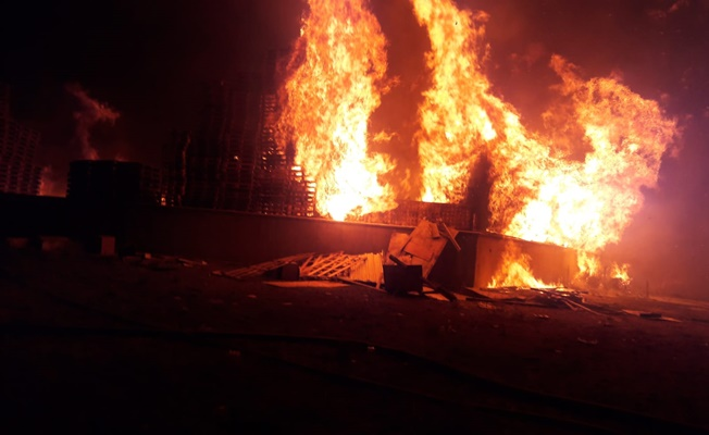 Tekne malzemelerinin bulunduğu depoda büyük yangın!