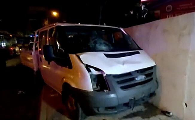 Kamyonet kaldırımda bulunan vatandaşların arasına daldı; 3 yaralı
