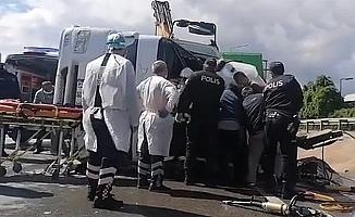 Kocaeli'de devrilen çöp kamyonundaki işçi feci şekilde hayatını kaybetti