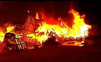 Kocaeli'de palet fabrikasında çıkan yangın büyümeden söndürüldü