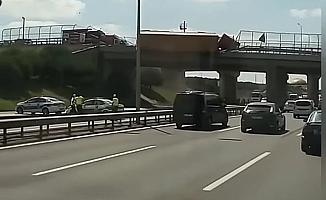 TIR köprü üstünde devrildi otoyolda ulaşım durdu