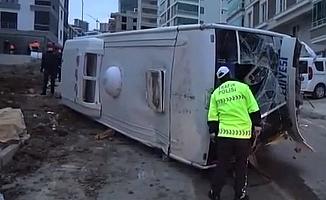 Belediye işçilerini taşıyan servis devrildi;ölü ve yaralılar var!