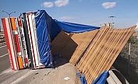 Kocaeli'nin Gebze ilçesinde, levha yüklü tırın devrilmesi sonucu 3 kişi yaralandı