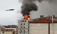 Binanın çatısında çıkan yangın korkuttu!