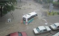 İzmir'de şiddetli yağış sele döndü!